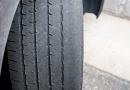 La Comisión de Fabricantes de Neumáticos recomienda comprobar el nivel de inflado y desgaste de las cubiertas ante los grandes desplazamientos de agosto